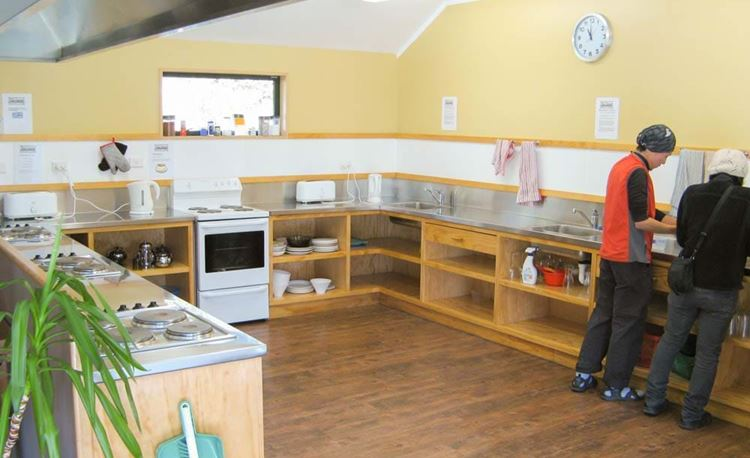 YHA Arthur's Pass communal kitchen area