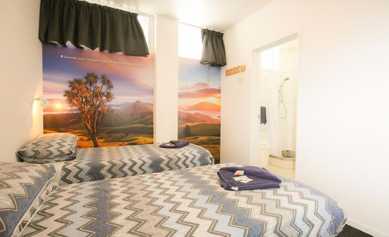 YHA Auckland International backpacker hostel twin ensuite bedroom