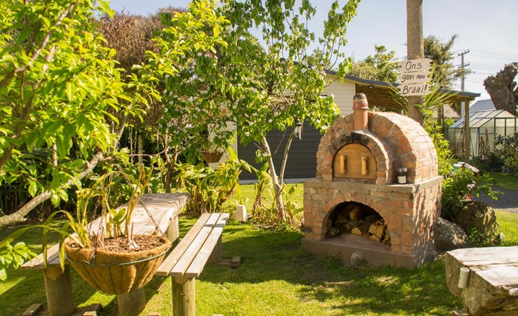 YHA Whanganui - back garden and woodfired pizza oven